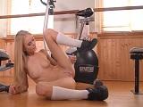 Está sola en el gimnasio y aprovecha para masturbarse