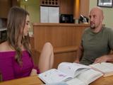 Ayudo a mi prima con los deberes, ella me enseña el coño - Sexo Fuerte