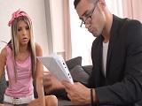 La estudiante recibe la visita de su profesor y pasa esto..