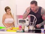 Mi tío además de cocinar bien la tiene mas que grande