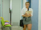 La nueva secretaria llega puntual, veremos como trabaja ...