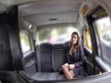 La rumana no se marcha de Londres sin follarse a un taxista
