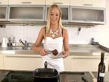 Cocinar sabrá poco, pero comer pollas es una experta!