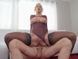 Mamá adora que la den fuerte por el culo, es muy puta ... !!