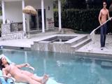 Tomando el sol desnuda y llega el chico que limpia la piscina