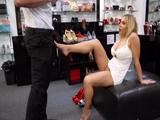 Milf X poniendo cachondo al vendedor de zapatos: qué zorra!