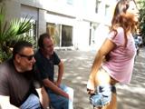 Le gusta a Carla Cruz enseñar el culo a tíos por la calle ...