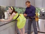 El electricista me sube el vestido, me quiere meter el rabo