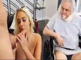 Su viejo marido tiene que ver como se folla a este doctor!