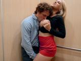 Encuentro sexual con mi secretaria en el ascensor !!