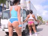 Van patinando por la calle en tanga, que culos tienen joder