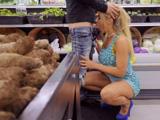 Graban a una madura mamando polla en su supermercado