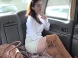 Sexy milf confiesa al taxista que tiene una relación abierta