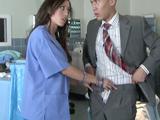 Enfermera salida le baja los pantalones al paciente chino