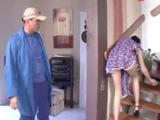 Mientras la señora barre la escalera .., joder, vaya coño tiene !!