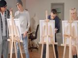 Los alumnos de pintura alucinan con las tetas de la modelo