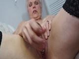 Esta abuela cachonda se masturba con varios juguetes