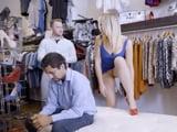 El marido con el móvil y ella enseñando el coño al dependiente
