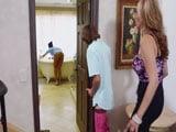 Se folla a su madrastra y a la mujer de la limpieza..