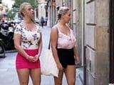 Madre e hija salen juntas de compras, se lo pasan en grande