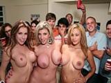 Mamá y sus amigas se unen a una fiesta de universitarios ... !! - Beeg