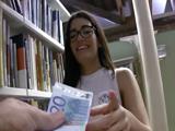 La zorrita de gafas de la biblioteca se deja follar por dinero