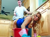 La señora de la limpieza a cuatro patas en la cocina: ufff !!
