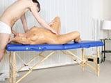 El masajista entra en la sala y se la encuentra desnuda