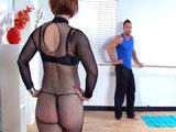 Casada guarrona trata de seducir al monitor de pilates ...