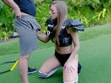 Primer día de entreno y ya estás chupando polla Britney ... ?