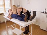 Doctora MILF super salida haciendo una revisión médica