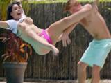 Mi primo me tira a la piscina, será gilipollas el imbécil ... !!