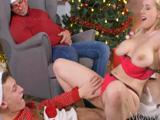 El marido dormido y ella follando con un muchacho, la Navidad !!
