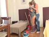 Su abuela limpiando y él que le mete mano, no para joder..
