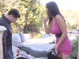 La vecina me enseña la nueva moto que se ha comprado