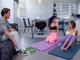 Alucino viendo a mi novia y a su madre hacer yoga, tremendo