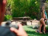 El vecino mirón le hizo unas fotos desnuda en el jardín