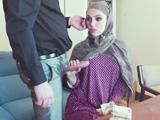 Mujer árabe haciendo una paja a su jefe occidental, brutal !!