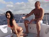 Salimos a dar un paseo en barco, joder, que culo tiene !!
