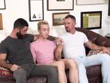 Dos gays maduros se follan a un jovencito con mucha pluma