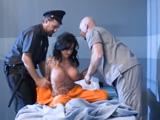 Policía y doctor desnudan a la reclusa, que harán con ella?