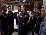 Una agente policía puede con todos esos chicos negros ...