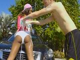 Que bien me lo paso lavando el coche con la vecina, uuf!