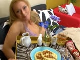 Le llevo el desayuno a la cama, mamá se lo merece todo ...