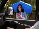 Llueve, me acerco al coche y el tío cerdo se está pajeando