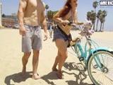 Un chaval liga con ella en la playa, quiere tener sexo con ella - Peliculas Porno