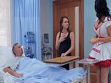 La enfermera me iba a curar justo cuando llega mi esposa !!