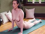 Su sesión de yoga desnuda acaba con un dedo increible !! - Masturbaciones