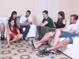 Grupo de amigos se reúnen para jugar al juego de la botella