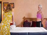 Su suegra le pide que le dé un masaje y acaban follando